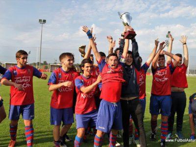 El U.C. Ceares juvenil celebrando la conquista del Trofeo de Barrios B.